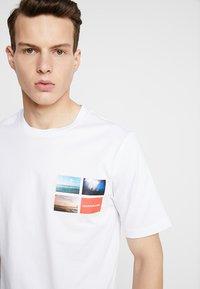 Calvin Klein Jeans - PHOTOGRAPHIC SMALL CHEST - T-shirt print - white - 3