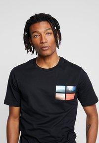 Calvin Klein Jeans - PHOTOGRAPHIC SMALL CHEST - Triko spotiskem - black - 3