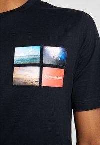 Calvin Klein Jeans - PHOTOGRAPHIC SMALL CHEST - Triko spotiskem - black - 5