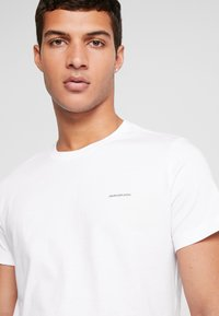 Calvin Klein Jeans - SLIM FIT 2 PACK - T-shirt - bas - bright white - 5