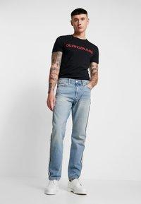 Calvin Klein Jeans - INSTITUTIONAL LOGO SLIM TEE - Camiseta estampada - black - 1
