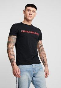 Calvin Klein Jeans - INSTITUTIONAL LOGO SLIM TEE - Camiseta estampada - black - 0