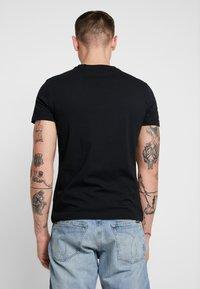 Calvin Klein Jeans - INSTITUTIONAL LOGO SLIM TEE - Camiseta estampada - black - 2