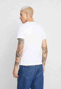 Calvin Klein Jeans - MONOGRAM POCKET SLIM TEE - T-shirt z nadrukiem - bright white - 2