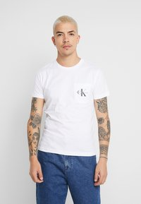 Calvin Klein Jeans - MONOGRAM POCKET SLIM TEE - T-shirt z nadrukiem - bright white - 0