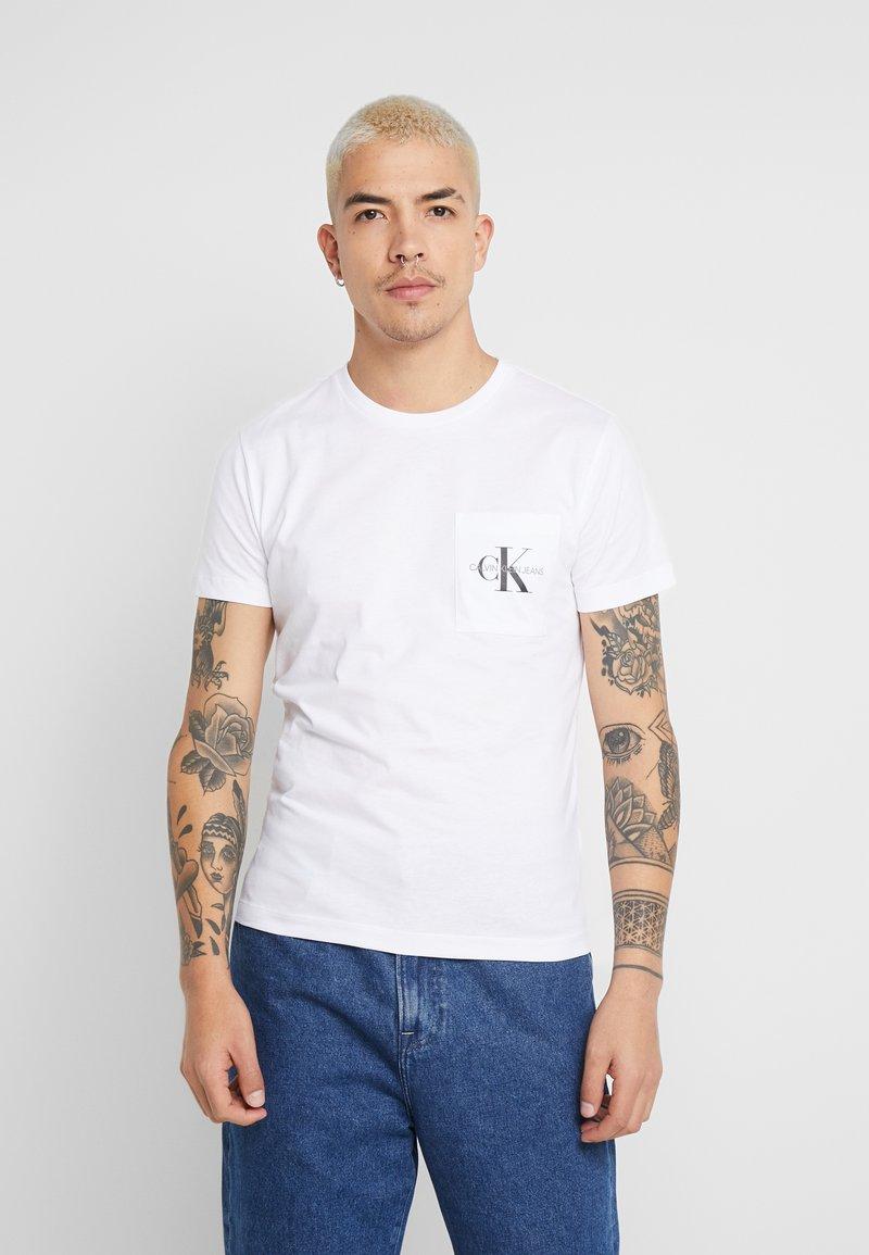 Calvin Klein Jeans - MONOGRAM POCKET SLIM TEE - T-shirt z nadrukiem - bright white