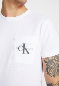 Calvin Klein Jeans - MONOGRAM POCKET SLIM TEE - T-shirt z nadrukiem - bright white - 5