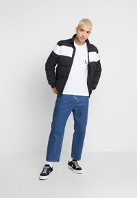 Calvin Klein Jeans - MONOGRAM POCKET SLIM TEE - T-shirt z nadrukiem - bright white - 1