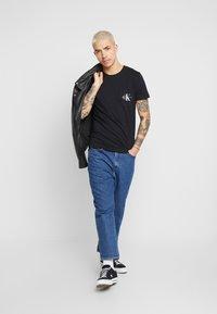 Calvin Klein Jeans - MONOGRAM POCKET SLIM TEE - T-shirt z nadrukiem - black - 1