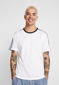 Calvin Klein Jeans - MONOGRAM TAPE TEE - Triko spotiskem - bright white / black/white tape - 4