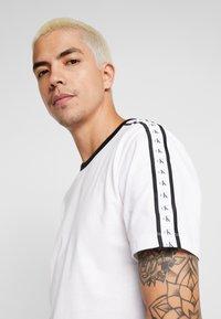 Calvin Klein Jeans - MONOGRAM TAPE TEE - Triko spotiskem - bright white / black/white tape - 0