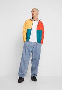 Calvin Klein Jeans - MONOGRAM TAPE TEE - Triko spotiskem - bright white / black/white tape - 1