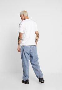 Calvin Klein Jeans - MONOGRAM TAPE TEE - Triko spotiskem - bright white / black/white tape - 2