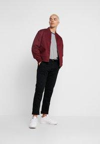Calvin Klein Jeans - MONOGRAM TAPE TEE - T-shirt con stampa - grey melange/mazarine - 1