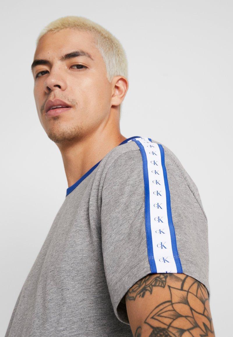 Calvin Klein Jeans - MONOGRAM TAPE TEE - T-shirt con stampa - grey melange/mazarine