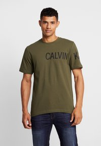 Calvin Klein Jeans - SLEEVE INSTITUTIONAL LOGO - T-shirt med print - grape leaf - 0