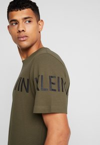 Calvin Klein Jeans - SLEEVE INSTITUTIONAL LOGO - T-shirt med print - grape leaf - 4
