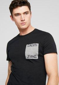 Calvin Klein Jeans - POCKET SLIM TEE - Triko spotiskem - black/grey heather - 4
