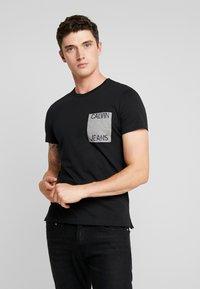 Calvin Klein Jeans - POCKET SLIM TEE - Triko spotiskem - black/grey heather - 0