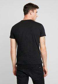 Calvin Klein Jeans - POCKET SLIM TEE - Triko spotiskem - black/grey heather - 2