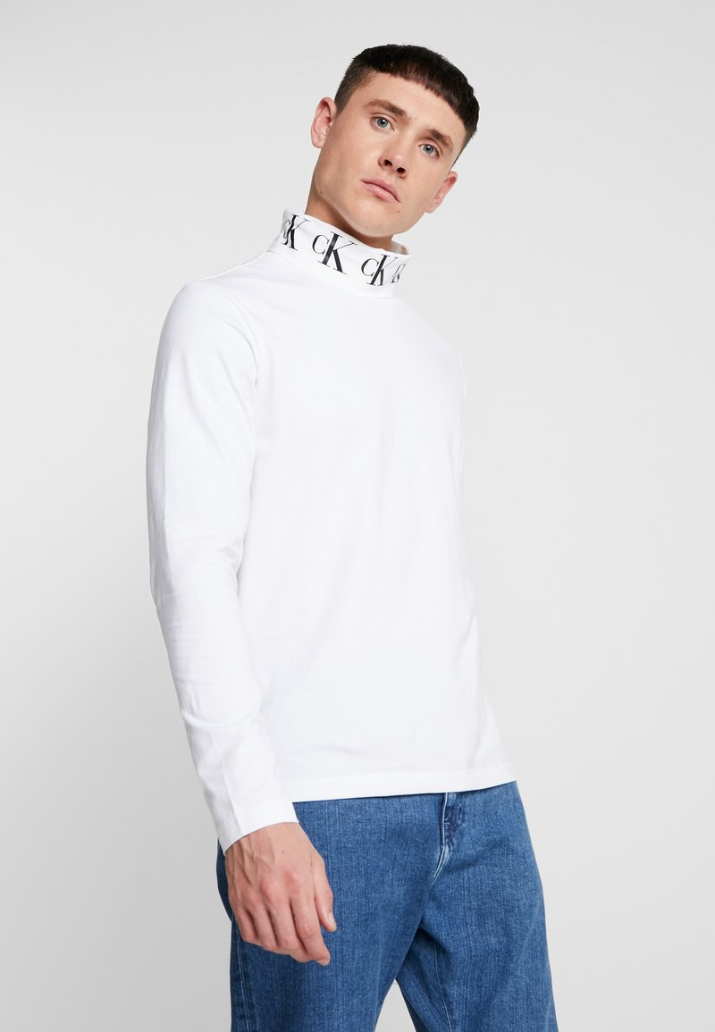 Calvin Klein Jeans - MONOGRAM TURTLE NECK - Long sleeved top - bright white