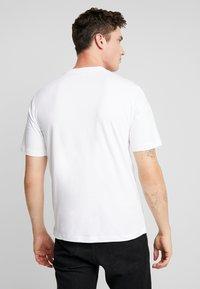 Calvin Klein Jeans - CORE EMBRO TEE - Jednoduché triko - bright white - 2