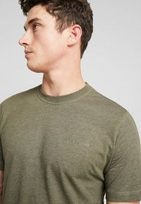 Calvin Klein Jeans - CORE EMBRO TEE - Jednoduché triko - grape leaf - 4
