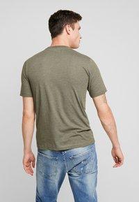 Calvin Klein Jeans - CORE EMBRO TEE - Jednoduché triko - grape leaf - 2