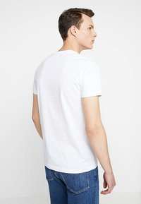 Calvin Klein Jeans - POCKET SLIM TEE PRIDE - T-shirt imprimé - bright white - 2