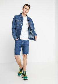 Calvin Klein Jeans - POCKET SLIM TEE PRIDE - T-shirt imprimé - bright white - 1