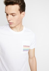Calvin Klein Jeans - POCKET SLIM TEE PRIDE - T-shirt imprimé - bright white - 4