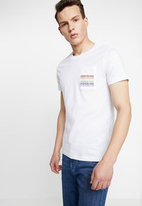 Calvin Klein Jeans - POCKET SLIM TEE PRIDE - T-shirt imprimé - bright white - 0