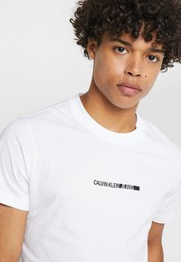 Calvin Klein Jeans - BOLD INSTITUTIONAL LOGO SLIM TEE - Triko spotiskem - bright white - 3