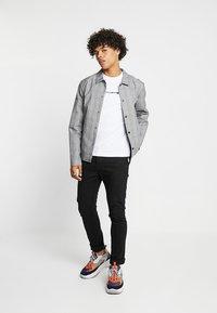 Calvin Klein Jeans - BOLD INSTITUTIONAL LOGO SLIM TEE - Triko spotiskem - bright white - 1