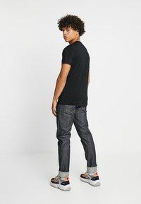 Calvin Klein Jeans - BOLD INSTITUTIONAL LOGO SLIM TEE - Triko spotiskem - black - 2