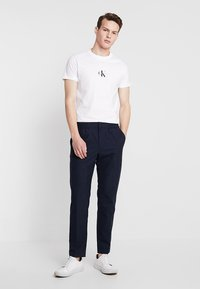 Calvin Klein Jeans - CENTERED MONOGRAM SLIM TEE - T-shirt med print - bright white - 1