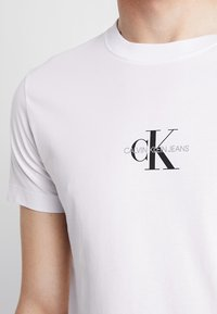 Calvin Klein Jeans - CENTERED MONOGRAM SLIM TEE - T-shirt med print - bright white - 5