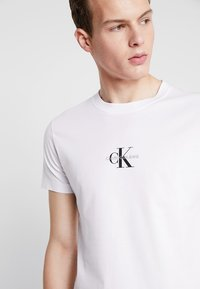 Calvin Klein Jeans - CENTERED MONOGRAM SLIM TEE - T-shirt med print - bright white - 3