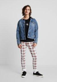 Calvin Klein Jeans - CENTERED MONOGRAM SLIM TEE - T-shirt z nadrukiem -  black - 1