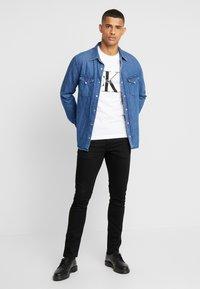 Calvin Klein Jeans - ICONIC MONOGRAM SLIM TEE - Camiseta estampada - bright white - 1