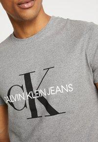 Calvin Klein Jeans - ICONIC MONOGRAM SLIM TEE - T-shirt print - heather grey - 5