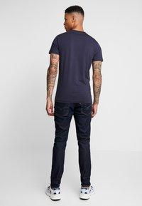 Calvin Klein Jeans - ICONIC MONOGRAM SLIM TEE - Triko spotiskem - night sky - 2
