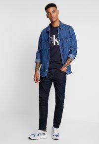 Calvin Klein Jeans - ICONIC MONOGRAM SLIM TEE - Triko spotiskem - night sky - 1