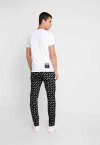 Calvin Klein Jeans - SMALL LOGO SLIM TEE - Triko spotiskem - bright white - 2