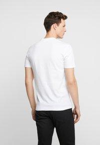 Calvin Klein Jeans - ESSENTIAL SLIM TEE - T-shirt basic - bright white - 2