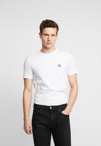 Calvin Klein Jeans - ESSENTIAL SLIM TEE - T-shirt basic - bright white - 0
