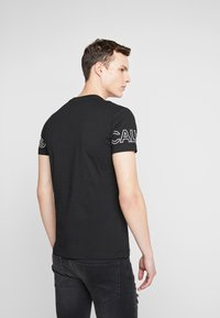 Calvin Klein Jeans - BLOCKING STATEMENT SLIM TEE - Triko s potiskem -  black/bright white