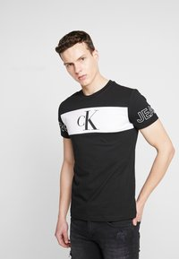 Calvin Klein Jeans - BLOCKING STATEMENT SLIM TEE - Triko s potiskem -  black/bright white - 0