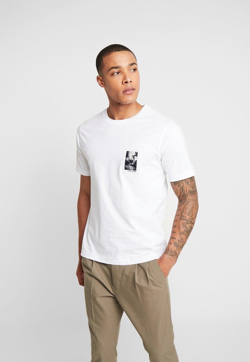Calvin Klein Jeans - GLOSSY CHEST PHOTO REGULAR FIT TEE - Print T-shirt - bright white