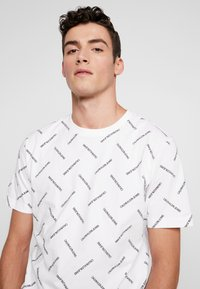 Calvin Klein Jeans - INSTITUTIONAL TEE - T-shirt imprimé - bright white/black - 3